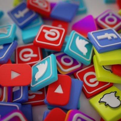 pile-3d-popular-social-media-logos_1379-881